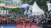 Pelari jarak 10 km melakukan start lomba Pertamina Eco Run 2017 di Pantai Karnaval Ancol, Jakarta, Sabtu (16/12). Ribuan pelari ambil bagian pada lomba yang bertema Lari Lestarikan Bumi. (Liputan6.com/Helmi Fithriansyah)