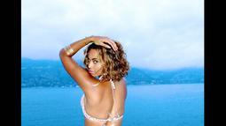 Beyonce berpose dengan memamerkan bagian belakang tubuhnya yang seksi, Perancis, (17/9/14). (Dailymail)