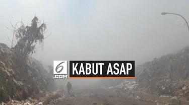 Makassar diselimuti kabut asap setelah TPA terbesar di kota tersebut terbakar. Kebakaran menimbulkan asap tebal yang mengganggu pernapasan dan penglihatan.