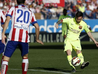Duel panas terjadi di laga Liga Spanyol antara Atletico Madrid dengan Barcelona di Stadion Vicente Calderon, Senin (18/5/2015). Barcelona menang 1-0 atas Atletico Madrid. (Reuters/Juan Medina)