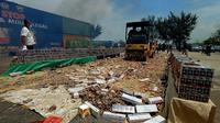Bea Cukai Banten Musnahkan Barang Ilegal Asal Singapura Di Pelabuhan Indah Kiyat, Kota Cilegon, Banten. (Rabu, 04/11/2020). (Yandhi Deslatama/Liputan6.com)