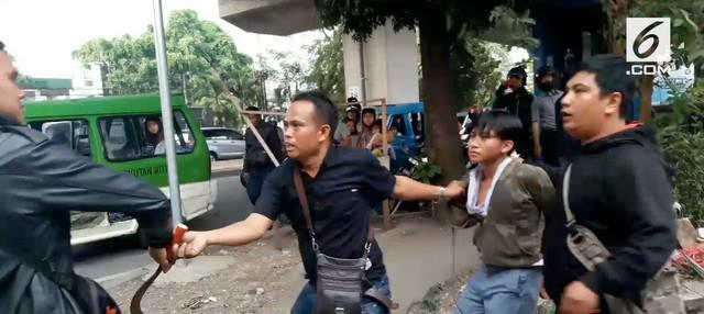 Dua kubu pelajar di Bogor langsung tawuran saat hari pertama bersekolah.