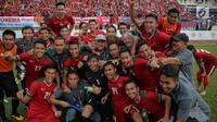 Pemain timnas U-22 dan pelatih berfoto bersama usai menang melawan Myanmar dalam laga final perebutan medali perunggu Sea Games 2017 di Stadion MPS, Selayang, Malaysia, Selasa (29/8). Indonesia menang dengan skor 3-1. (Liputan6.com/Faizal Fanani)