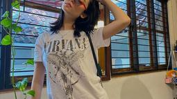 Asha Assuncao kerap tampil dengan OOTD yang simpel tapi tetap keren. Seperti saat memakai kaus putih saat hangout. Gaya simpelnya ini disempurnakan dengan kacamata hitam yang kekinian. Dengan kacamata, Asha terlihat begitu trendi. (Liputan6.com/IG/@asha.assuncao)