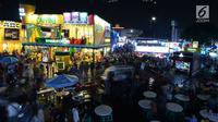 Sejumlah pengunjung melihat-lihat berbagai stan yang berpameran di Jakarta Fair atau Pekan Raya Jakarta 2019 di JIExpo Kemayoran, Jumat (7/6/2019). Tahun ini, Jakarta Fair 2019, digelar bertepatan dengan perayaan idul fitri untuk seluruh umat Islam. (merdeka.com/Imam Buhori)
