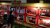 Megawati melihat foto-foto di sela-sela Kongres PDIP. (Liputan6.com/Putu Merta Surya Putra)