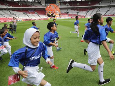 Putra putri dari anggota The Jakmania berlari saat menjadi Player Escort Kids pada laga Piala AFC 2019 antara Persija Jakarta melawan Ceres Negros di SUGBK, Jakarta, Selasa (23/4). Kesempatan ini diberikan oleh Allianz. (Bola.com/Peksi Cahyo)