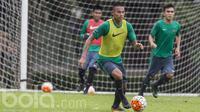 Bek PS TNI, Andi Setyo, menggiring bola saat mengikuti seleksi Timnas Indonesia U-22 di Lapangan SPH Karawaci, Banten, Selasa (28/2/2017). (Bola.com/Vitalis Yogi Trisna)