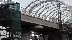 Suasana proyek pembangunan Light Rail Transit (LRT) Jabodebek di kawasan Cibubur, Jakarta, Senin (18/2). Tarif flat untuk moda transportasi massal ini ditetapkan juga setelah mempertimbangkan kemampuan daya beli masyarakat. (Merdeka.com/Iqbal S. Nugroho)