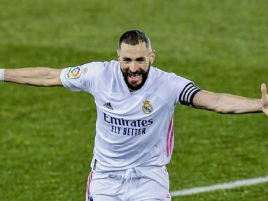 Striker Real Madrid, Karim Benzema, melakukan selebrasi usai mencetak gol ke gawang Alaves pada laga Liga Spanyol di Stadion Mendizorroza, Sabtu (23/1/2021). Real Madrid menang dengan skor 4-1. (AP/Alvaro Barrientos)