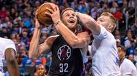 Blake Griffin mencetak 25 poin untuk membawa timnya LA Clippers mengalahkan Oklahoma City Thunder 110-108 dalam lanjutan musim reguler NBA 2016-2017, Jumat (11/11/2016). (Bola.com/Twitter/LAClippers)