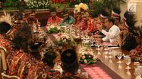 Presiden Joko Widodo atau Jokowi mengundang para tokoh asal Papua dan Papua Barat di Istana Negara, Jakarta, Selasa (10/9/2019). Puluhan tokoh Papua hadir ke Istana kompak mengenakan topi rumbai, begitu juga para menteri yang mendampingi Jokowi. (Liputan6.com/Angga Yuniar)