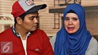 Indra Bekti bersama istri, Aldilla Jelita memberi keterangan pers terkait tuduhan pelecehan seksual terhadap Lalu Gigih Arsanofa. [Foto: Immanuel Antonius/Liputan6.com]