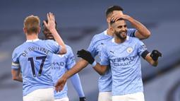 Gelandang Manchester City, Riyad Mahrez, melakukan selebrasi usai mencetak gol ke gawang Burnley pada laga Liga Inggris di Stadion Etihad, Sabtu (28/11/2020). City menang dengan skor 5-0. (Laurence Griffiths/Pool via AP)