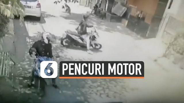 Aksi pencurian kendaraan bermotor terekam CCTV di Bekasi, Jawa Barat. Kejadian terjadi pada siang hari dan motor terparkir di depan rumah.
