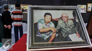 Pemeran foto Gus Dur menyemarakkan Muktamar NU ke-33 yang digelar di Jombang, Selasa (4/8/2015). 50 foto menampilkan rekaman Gus Dur sebelum dan saat menjadi Presiden RI ke-4. (Liputan6.com/Johan Tallo)