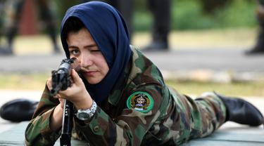 Seorang kadet tentara wanita Afghanistan membidik dengan senapan saat latihan di Akademi Pelatihan Perwira di Chennai, India (12/12/2019). Sebanyak dua puluh kadet tentara Afghanistan mengikuti program latihan militer. (AFP/Arun Sankar)
