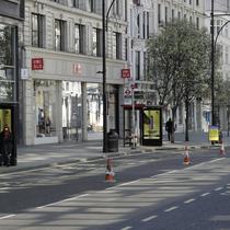 Toko Stradivarius dan Uniqlo di London. Jalanan di Inggris tampak sepi pada Maret lalu. Dok: AP Photo