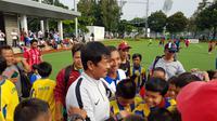 Para anak SSB itu menyerbu Indra Sjafri untuk sekadar meminta foto bersama dengan pelatih Timnas Indonesia U-22. (Bola.com/Zulfirdaus Harahap)