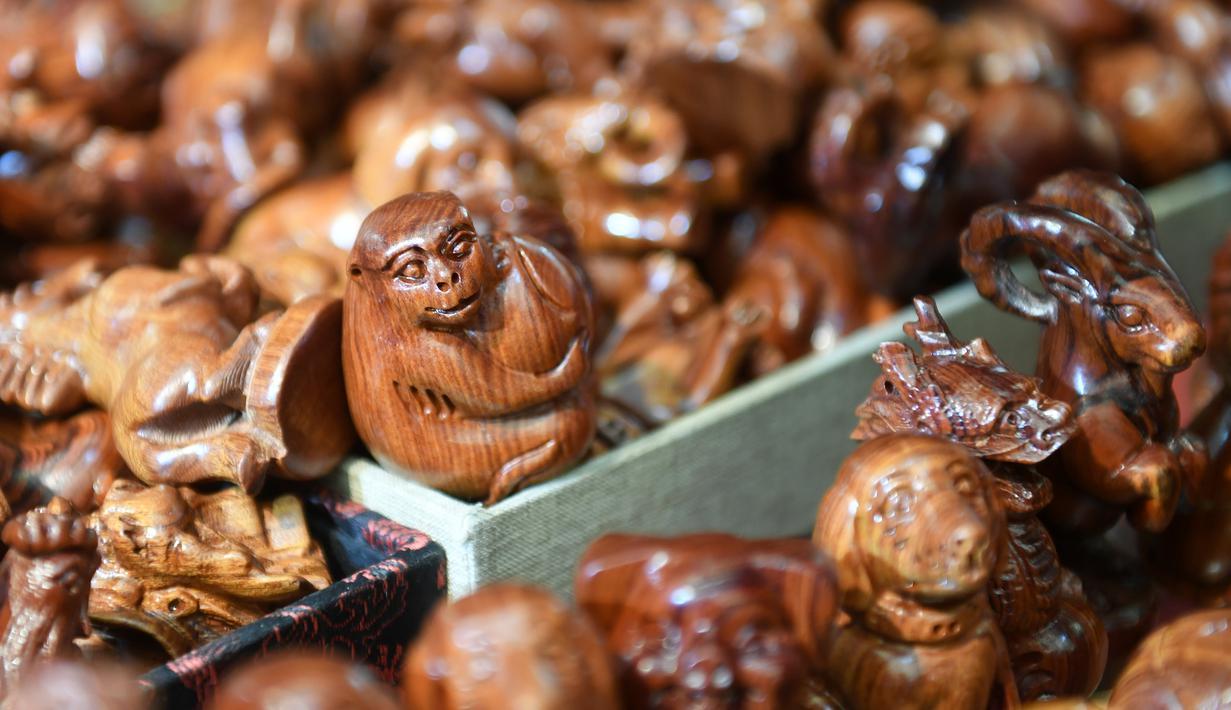 Produk-produk pahatan kayu dari Ghana dalam ajang China-ASEAN Expo ke-17 di Nanning, Daerah Otonom Etnis Zhuang Guangxi, China selatan (29/11/2020). Berbagai produk kerajinan tangan yang dipamerkan dalam China-ASEAN Expo ke-17 telah menarik banyak perhatian. (Xinhua/Lu Boan)