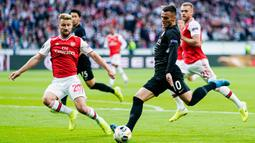 Gelandang Eintracht Franckfurt, Filip Kostic, berusaha melepas tendangan saat melawan Arsena lpada laga Europa League di Frankfurt, Kamis (19/9). Frankfurt kalah 0-3 dari Arsenal. (AFP/Daniel Roland)