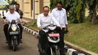Menteri Ketenagakerjaan (Menaker) Hanif Dhakiri mengendarai motor listrik rakitan siswa BLK Serang.