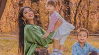 Mendiang Lelhy Arief Spas, istri Ilija Spasojevic, saat bersama kedua anaknya. (foto: https://www.instagram.com/lelhyspaso)
