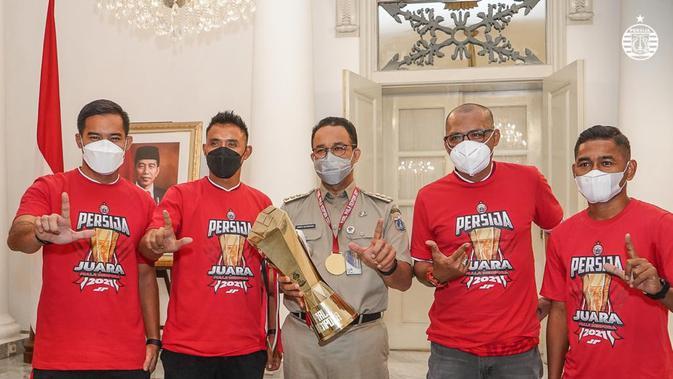 menghadap anies baswedan, persija pamerkan trofi juara piala menpora 2021