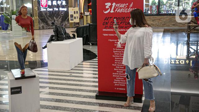 Pengunjung mengabadikan seni instalasi yang dipamerkan dalam pameran 'Seni yang Tidak Pernah Pudar' di Plaza Indonesia, Jakarta, Senin (15/3/2021). Sebanyak 43 karya dari 21 seniman tersebut merupakan rangkaian acara yang bertemakan '31 Years & Fabulous'. (Liputan6.com/Faizal Fanani)