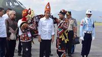 Presiden Jokowi menerima topi raja dan kain ulen-ulen khas Aceh bermotif Kerawang Gayo saat tiba di Bandara Rembele, di Kabupaten Bener Meriah, Provinsi Aceh, Rabu (2/3). Kedatangan Presiden dan rombongan untuk meresmikan Bandara Rembele. (Foto : Setpres)