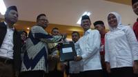 Harnojoyo-Finda resmi mendaftarkan diri maju Pilwalkot ke KPU Palembang (Liputan6.com / Nefri Inge)