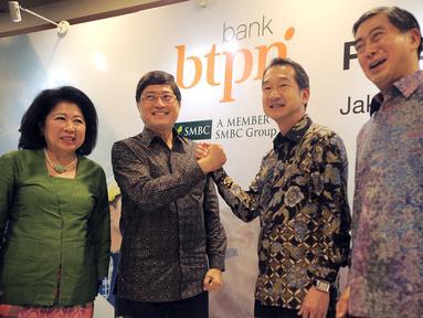 Dirut PT Bank BTPN Tbk, Ongky Wanadjati Dana dan Wakil Dirut SMBC Group, Kazuhisa Miyagawa berjabat tangan pada acara penggabungan (merger) antara PT Bank BTPN dengan PT Bank Sumitomo Mitsui Indonesia di Jakarta, Jumat, (01/2). (Liputan6.com/HO/Ading)