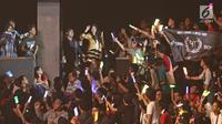 Penampilan member JKT 48 di tengah-tengah fans saat acara 'JKT48 Request Hour Setlist Best 30 2017' di Balai Sarbini, Jakarta, Sabtu (4/11). Para fans memilih 30 lagu dari antara seluruh lagu yang ada dengan cara voting. (Liputan6.com/Herman Zakharia)
