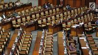 Anggota dewan di antara deretan kursi kosong rapat paripurna Masa Persidangan I Tahun 2019-2020 di Kompleks MPR/DPR, Senayan, Jakarta, Selasa (23/9/2019). Sebanyak 288 dari 560 anggota DPR menghadiri rapat yang beraganda pengambilan keputusan strategis terhadap enam RUU. (Liputan6.com/Johan Tallo)