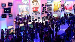 Ribuan pengunjung terlihat memadati stand-stand yang ada di pameran game terbesar di dunia, Electronic Entertainment Expo (E3), di Los Angeles, Amerika Serikat, (10/6/2014). (REUTERS/Kevork Djansezian)