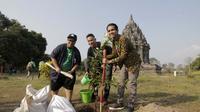 Saykoji, Andovi da Lopez dan Tommy Tjokro melakukan penanaman pohon di Candi Prambanan