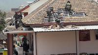 Anggota TNI dilibatkan memperbaiki rumah yang rusak terdampak bencana angin kencang di Kota Batu (BPBD Kota batu)