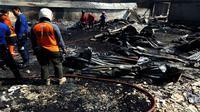 Petugas pemadam kebakaran memadamkan api di pabrik furnitur di Gumpang, Kartasura, Sukoharjo, Jawa Tengah, Senin (23/7/2018). (Solopos/Iskandar)