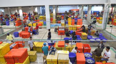 Suasana aktivitas pedagang ikan di Pelelangan ikan Muara Baru, Jakarta, Sabtu (6/7/2019). Berdasarkan data Kementerian Kelautan dan Perikanan, selama semester I-2019 nilai ekspor produk perikanan Indonesia mencapai Rp40 triliun. (Liputan6.com/Angga Yuniar)