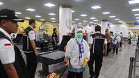 Petugas Haji Indonesia 2019 membantu jemaah di jalur fast track Bandara Prince Mohammed bin Abdul Aziz, Madinah. Foto: Darmawan/MCH