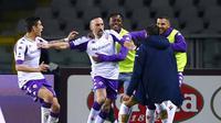 Pemain Fiorentina Franck Ribery (tengah) melakukan selebrasi usai mencetak gol ke gawang Torino pada pertandingan Liga Italia di Olympic Stadium, Turin, Italia, Jumat (29/1/2021). Bermain dengan sembilan pemain, Fiorentina berhasil menahan imbang Torino 1-1. (Fabio Ferrari/LaPresse via AP)