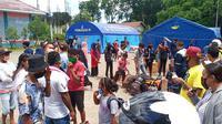 Ratusan eks-penumpang KM Lambelu yang dikarantina terpusat selama 14 hari di aulah Sikka Convention Centre (SCC) dan Rujab Bupati Sikka, akhirnya dipulangkan ke rumah masing-masing. (Foto: Liputan6.com/Dionisius Wilibardus)