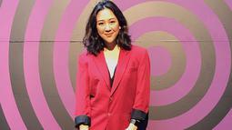 Istri Baskara Mahendra ini juga cocok dengan outfit jas berwarna merah dan hitam. Tetap modis meski pakai jas, gaya rambut curly wanita kelahiran 1990 ini juga banjir pujian. (Liputan6.com/IG/@sherinasinna)