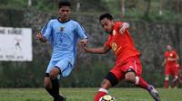 Samsul Arif coba mengelabuhi pemain lawan dalam uji coba. (Bola.com/Iwan Setiawan)