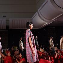 Fashion show di pameran Batik for The World: Menuju Seribu Kain, Plaza Mandiri, Jakarta Pusat, Jumat (19/10/2018). (Liputan6.com/Asnida Riani)