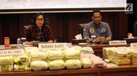 Menkue Sri Mulyani dan Kepala BNN Budi Waseso saat rilis narkoba di Kemenkeu, Jakarta, Rabu (7/1). BNN dan Direktorat Jenderal Bea dan Cukai mengungkap 3 kasus tindak pidana narkotika yang terjadi di Sumatera Utara dan Aceh. (Liputan6.com/Arya Manggala)