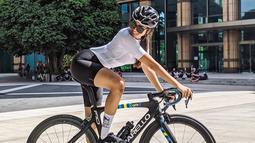 Sejak awal pandemi, artis sekaligus selebgram ini gemar olahraga bersepeda. Tak sendirian, Anya Geraldine kerap bersepeda dengan teman-temannya. Penampilannya pun terlihat bak atlet profesional. (Liputan6.com/IG/@anyageraldine)
