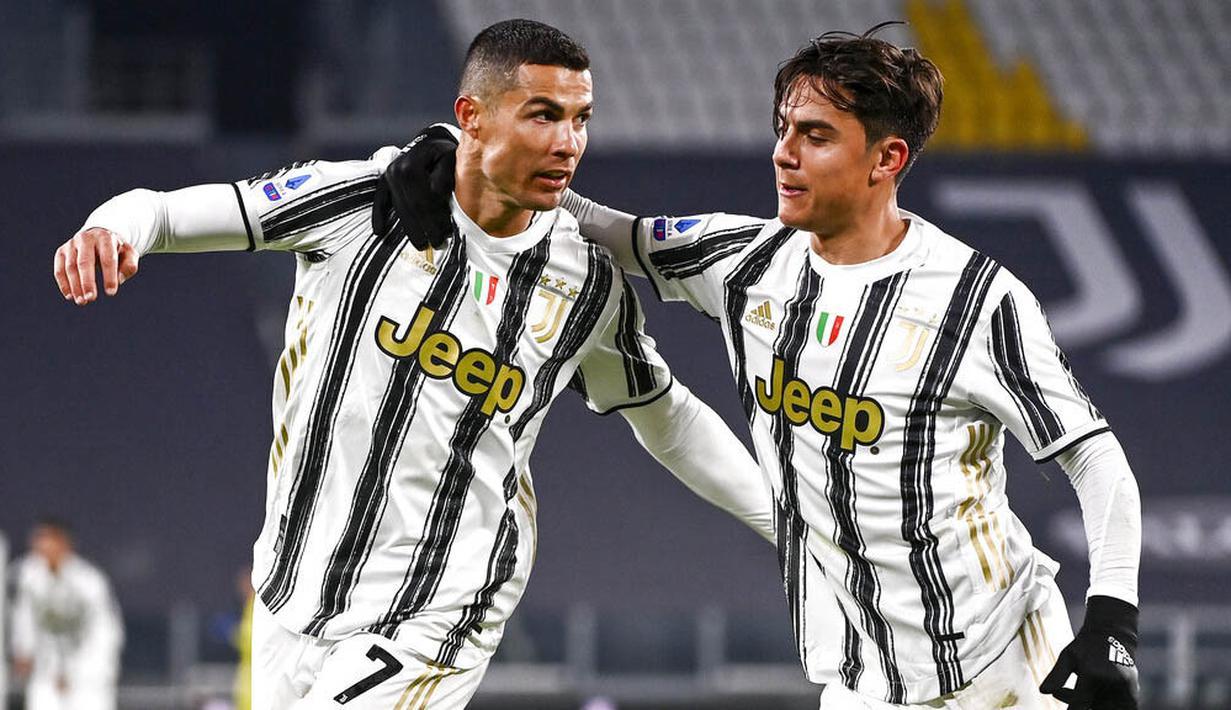 Striker Juventus, Cristiano Ronaldo, melakukan selebrasi bersama Paulo Dybala usai mencetak gol ke gawang Udinese pada laga Liga Italia di Stadion Allianz, Turin, Minggu (3/1/2021). Juventus menang dengan skor 4-1. (Marco Alpozzi/LaPresse via AP)