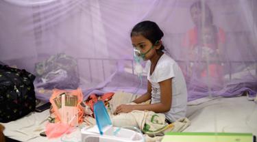 Seorang anak menerima karena menderita demam berdarah di Rumah Sakit Shishu Dhaka, Bangladesh, Rabu (31/7/2019). Bangladesh sedang menghadapi wabah demam berdarah terburuk yang pernah dialami negara itu. (AP Photo/Mahmud Hossain Opu)
