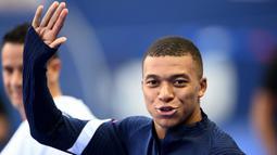 Penyerang Prancis, Kylian Mbappe, tiba di lapangan saat mengikuti sesi latihan jelang laga UEFA Nations League di Paris, Senin (7/9/2020). Pemain muda PSG itu akan absen melawan Kroasia karena dinyatakan positif terjangkit COVID-19. (AFP/Franck Fife)